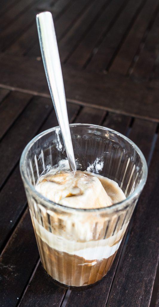 Eiskaffee aus Kokos und Espresso