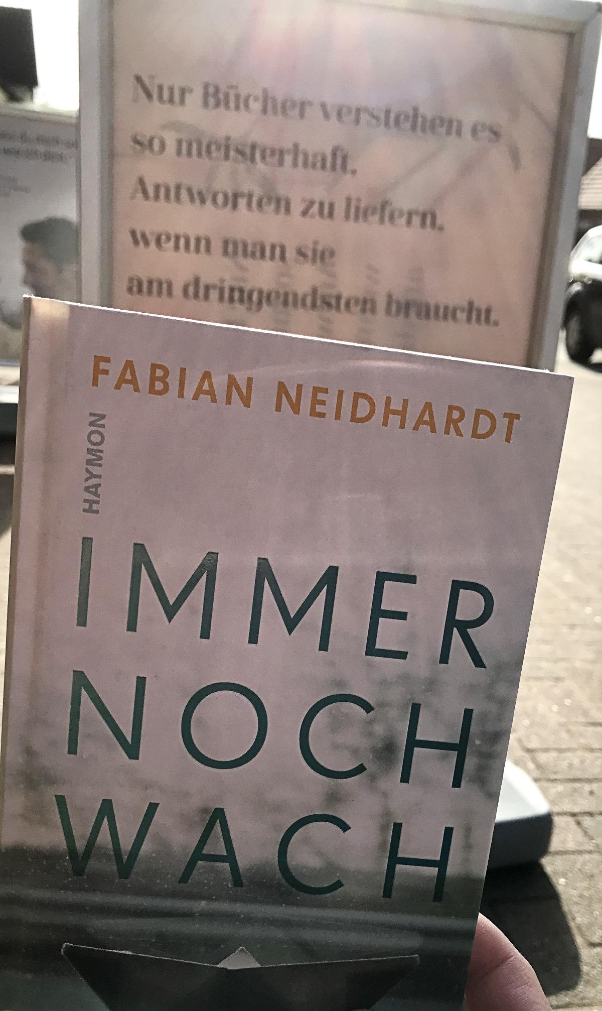 """""""Immer noch wach"""" vor der Buchhandlung in Trittau"""