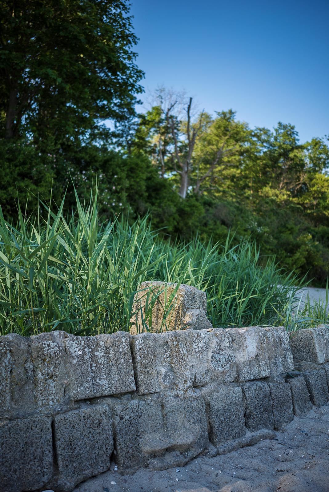 Reste einer Mauer am Priwall-Strand