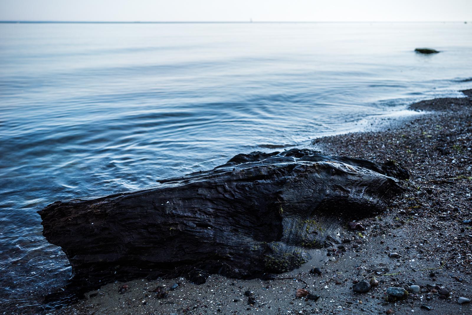 Stein und leichte Wellenbewegung, low-key