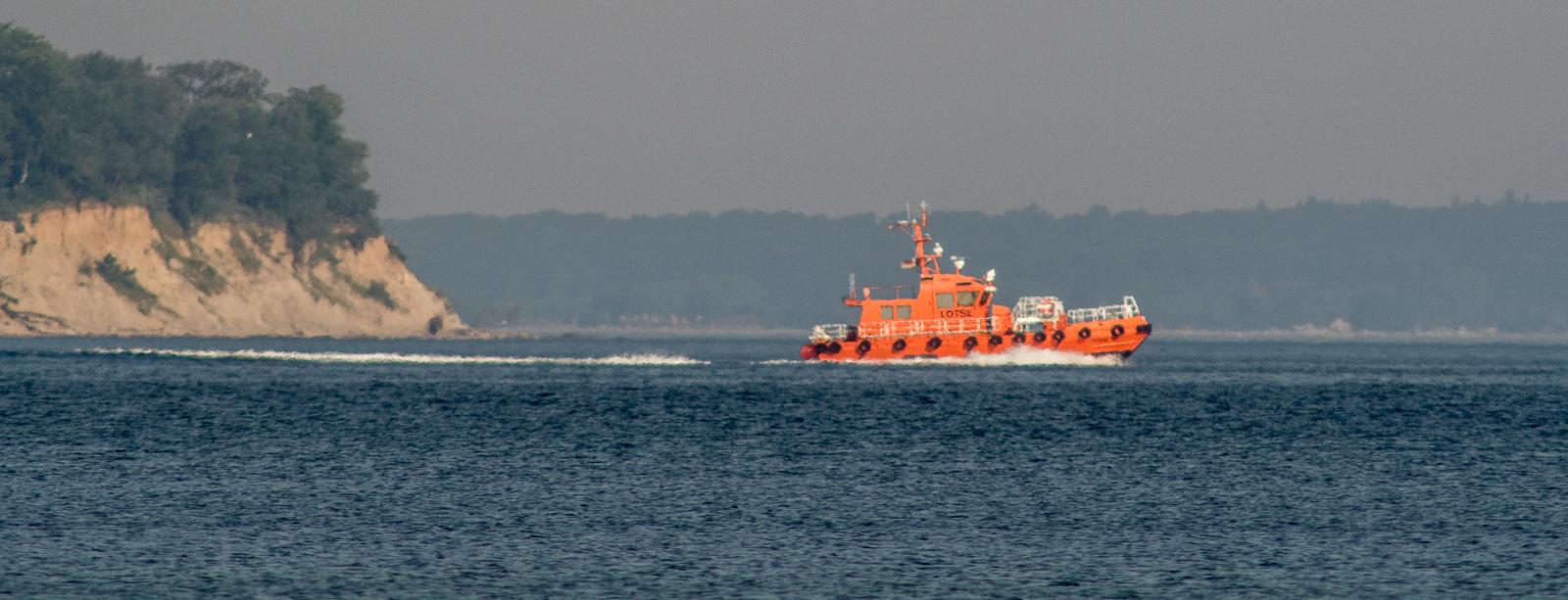 Lotsenboot vor dem Brodtener Ufer