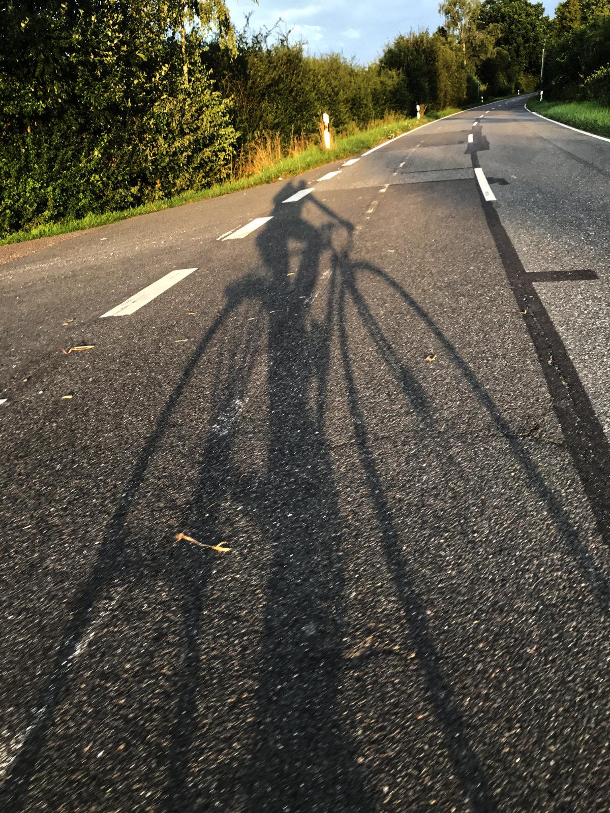 Schattenwurf eines Radfahrers beim Abbiegen
