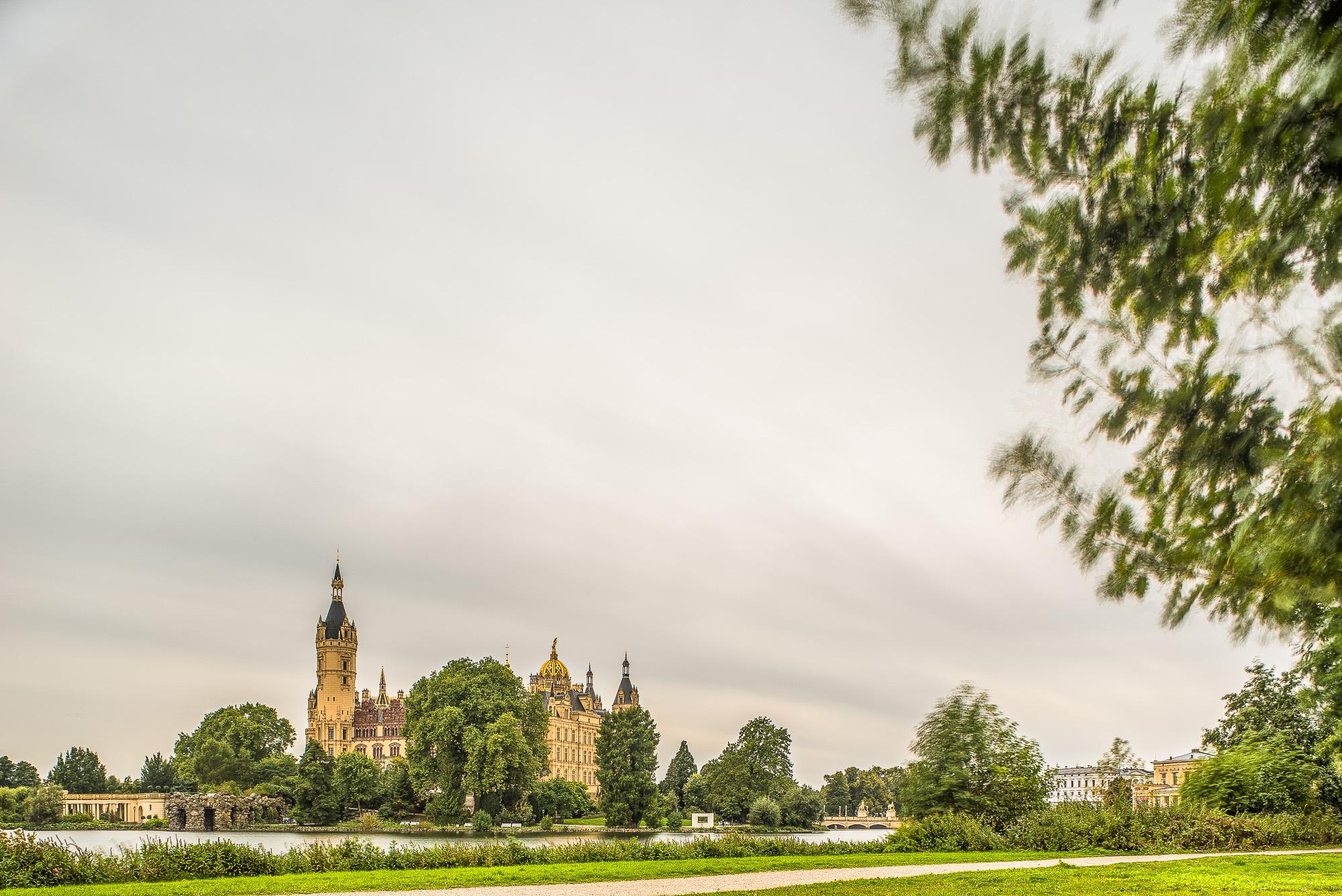 Schloss unter ziehenden Wolken